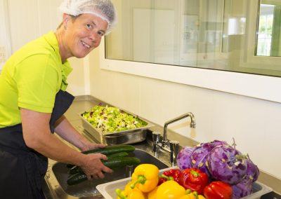 Das frische Gemüse wird gewaschen