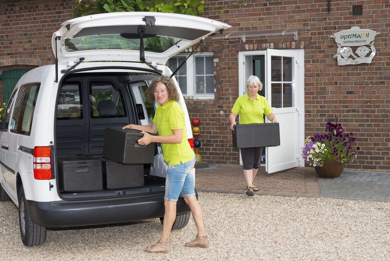 Angela und Petra beladen ein Lieferfahrzeug